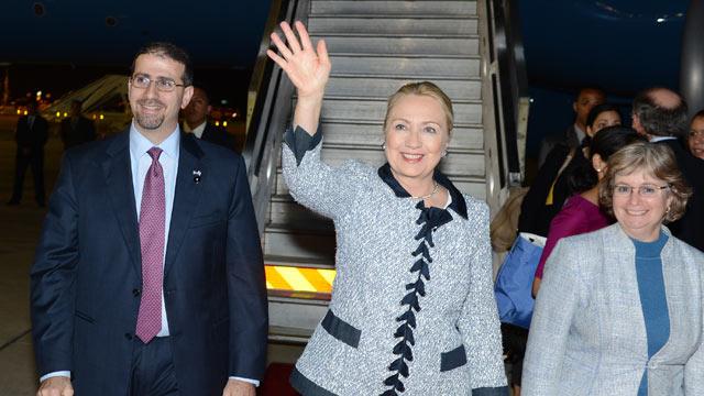 PHOTO: U.S. Secretary of State Hillary Clinton, center,arrives, Nov. 20, 2012, in Tel Aviv, Israel.