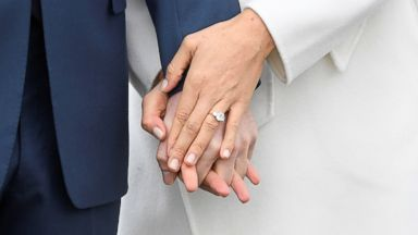 all the details of meghan markle s engagement ring from prince harry abc news meghan markle shows off engagement ring at prince harry s side