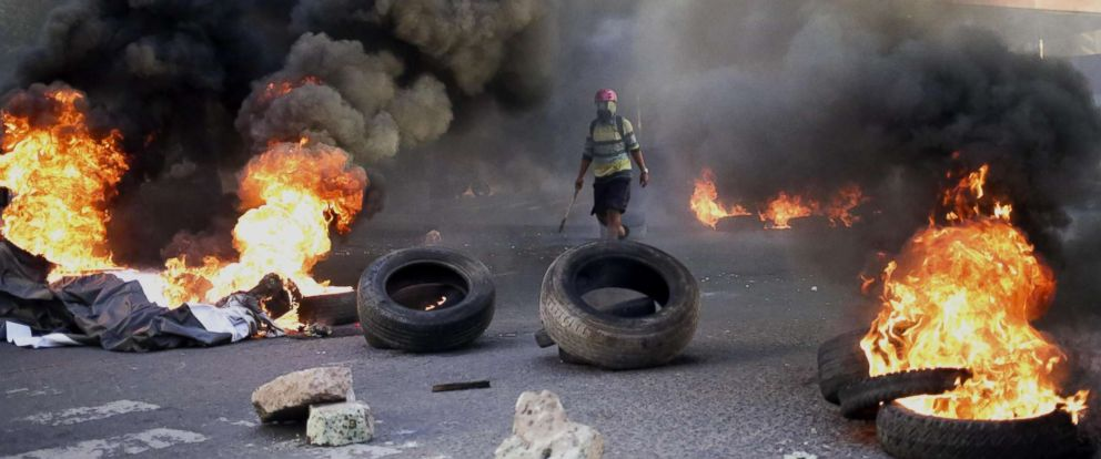 PHOTO:Supporters of the Alliance of Opposition against the Dictatorship presidential candidate Salvador Nasralla burn tires on the access road leading to the US embassy in Tegucigalpa, Honduras,December 21, 2017.