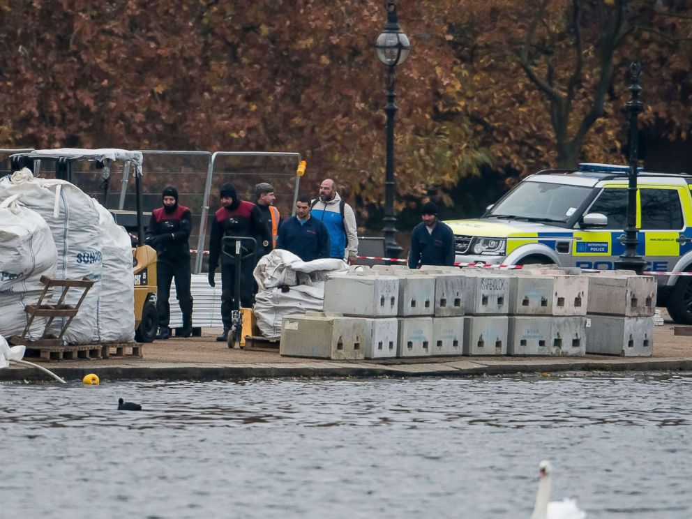 PHOTO: A police dive team works at the scene at the Serpentine Lake in Hyde Park in London following reports of the discovery of an object that could be unexploded ordnance, Nov. 16, 2018.