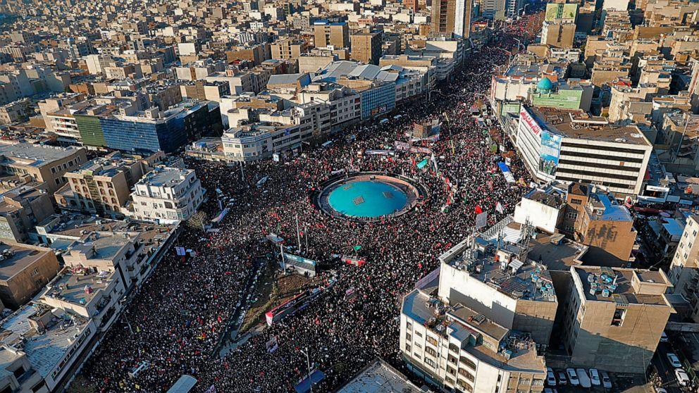 群衆はイランを追悼の死亡イラン一般に、復讐に対する