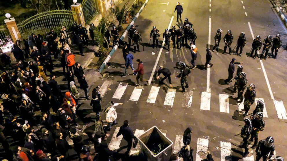 イランに対して抗議巨大なウクライナの平面回暴力のトランプツイート支援