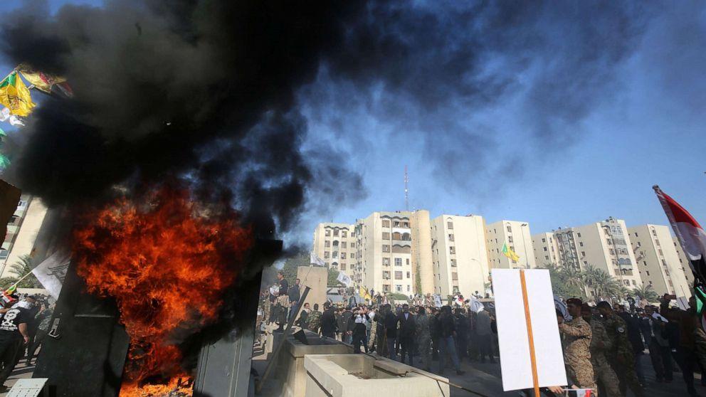 怒ったイラクの抗議者たちに暴行米国大使館