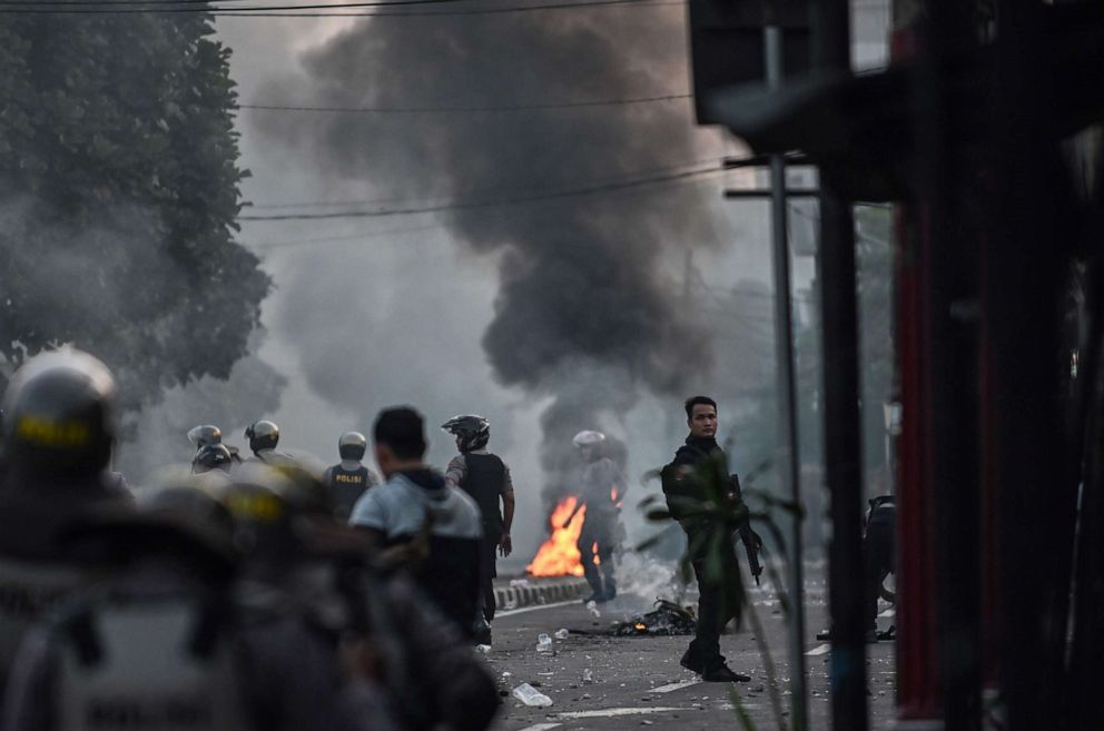 PHOTO: Indonesian anti-riot police take their position to disperse the mob during an overnight-violent demonstration near by the Elections Oversight Body in Jakarta, May 22, 2019.