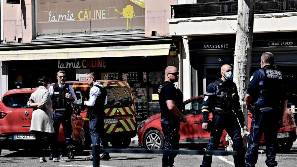 2 tewas, 5 luka-luka dalam yang diduga teroris serangan pisau di Perancis