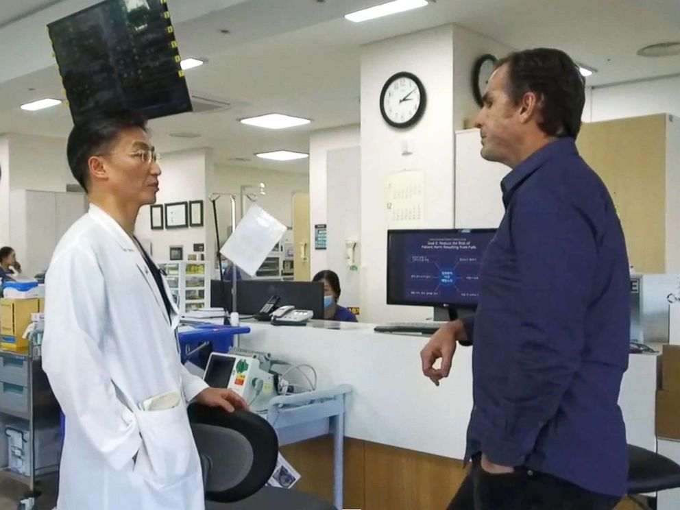 PHOTO: South Korean surgeon Lee Cook-jong speaks with ABC News Anchor Bob Woodruff at the Ajou University Hospital in Suwon, South Korea.