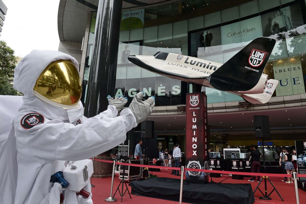 PHOTO: A model wearing a space suit poses in front of a model of the XCOR sub-orbital Lynx spacecraft at a promotional event in Singapore, Aug. 29, 2014.