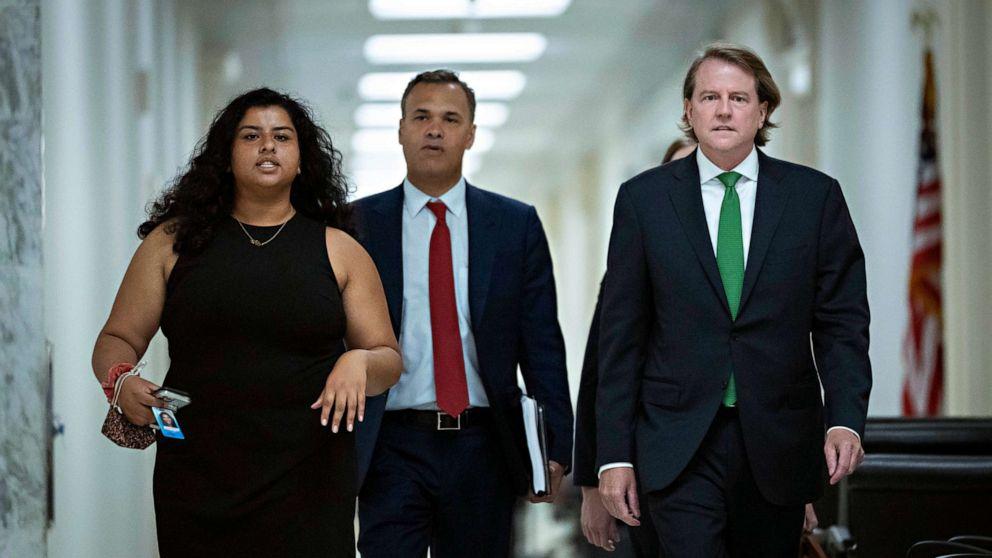 FOTO: Der ehemalige Anwalt des Weißen Hauses, Don McGahn, rechts, kommt am 4. Juni 2021 zu einem Treffen unter Ausschluss der Öffentlichkeit mit dem Justizausschuss des Repräsentantenhauses auf dem Capitol Hill in Washington, DC