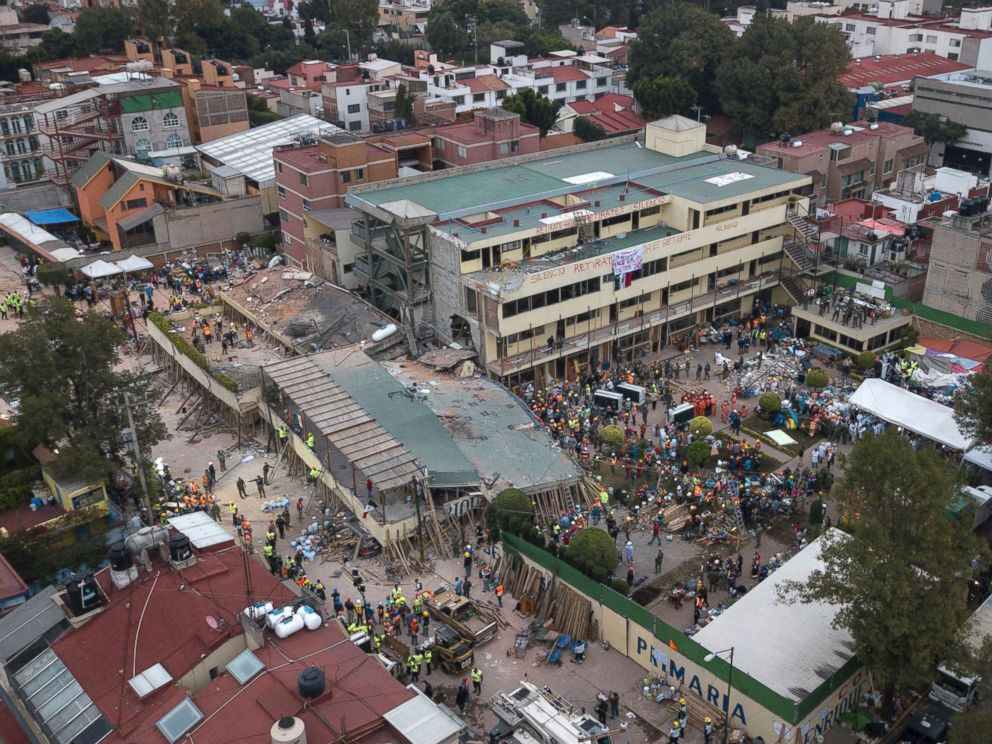 PHOTO: Volunteers and rescue workers search for children trapped inside the Enrique Rebsamen school after an earthquake in southern Mexico City, Sept. 20, 2017.