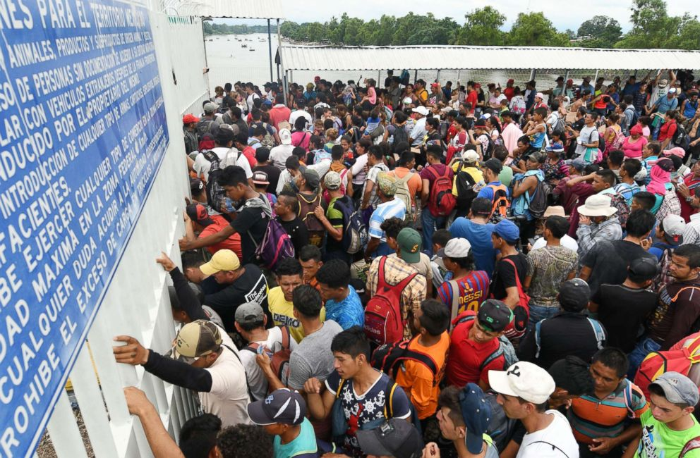 PHOTO: Honduran migrants taking part in a caravan to the U.S. wait to cross to Mexico, in Ciudad Tecun Uman, Guatemala, on Oct.20, 2018.