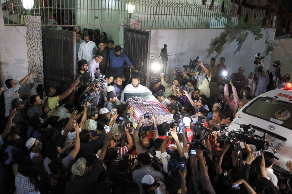 PHOTO: Relatives carry the flag-draped coffin of slain Pakistani exchange student Sabika Sheikh, who was killed during a school shooting in Texas, following her bodys arrival from the US at her home in Karachi on May 23, 2018.