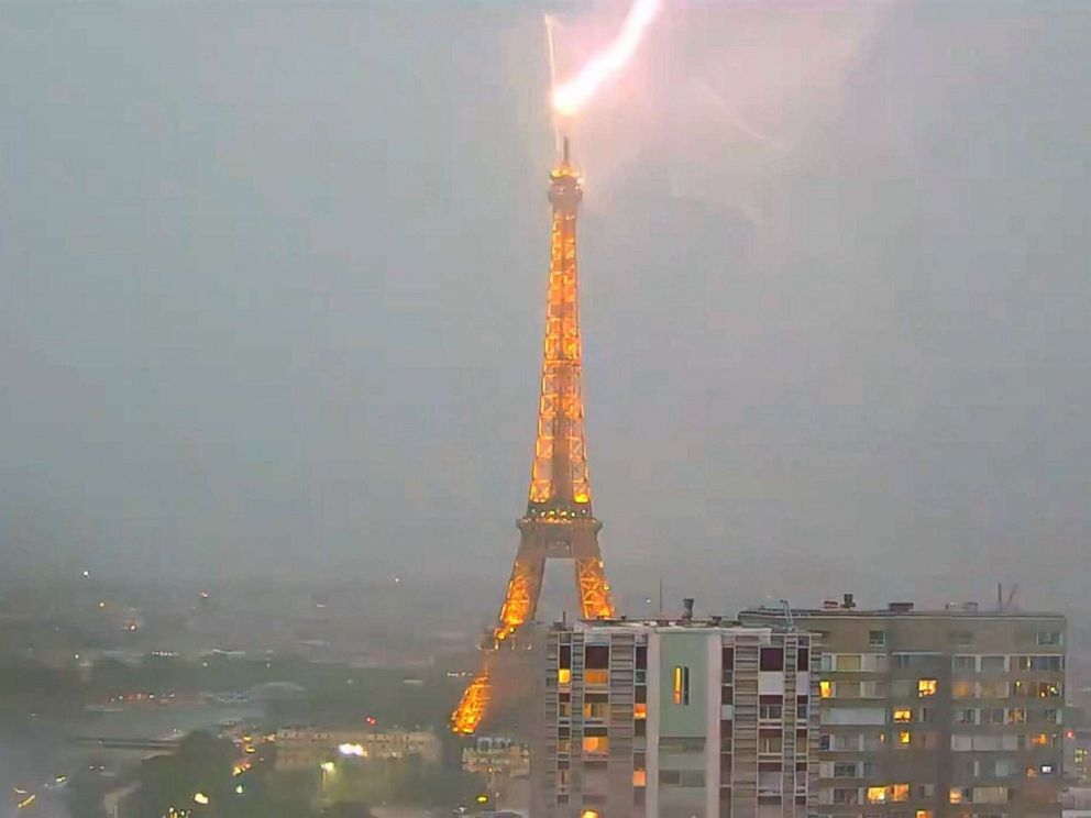 Photo Lightning Struck The Eiffel Tower In Paris On May