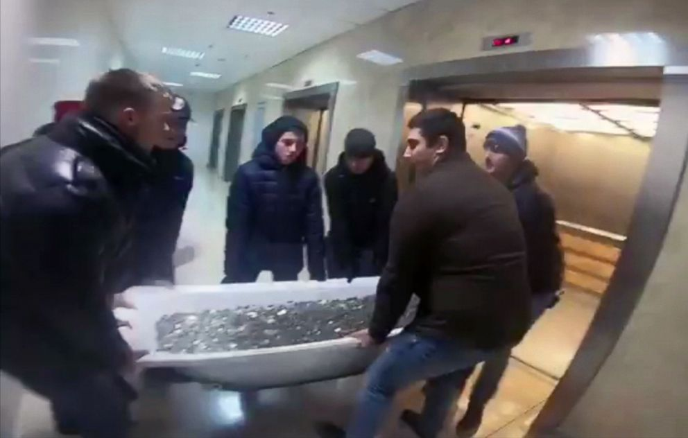 PHOTO: A Group Of People Dragged A Bathtub Full Of Coins To A Shopping Mall