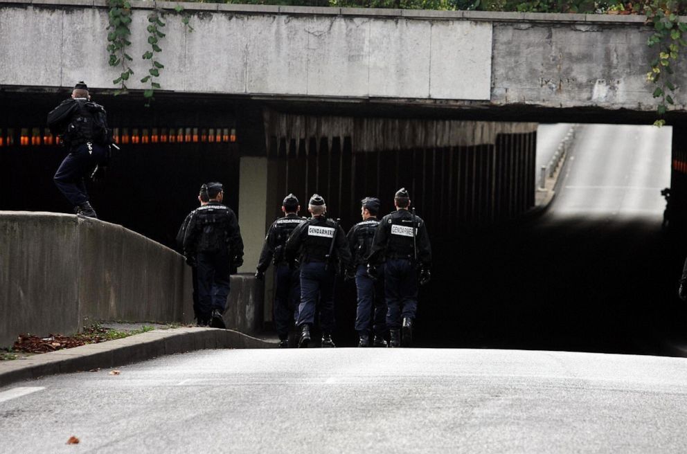 PHOTO: Police seal off the tunnel as the jury from the Coroners inquest into the deaths of Princess Diana and Dodi Al Fayed enter the Pont de lAlma tunnel in Paris, Oct. 8, 2007.