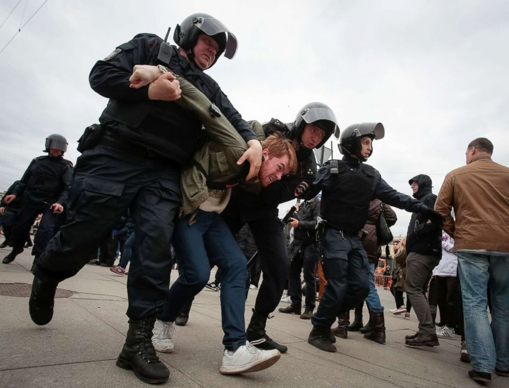 PHOTO: Policemen detain an opposition supporter during a protest ahead of President Vladimir Putins inauguration ceremony, in St. Petersburg, Russia, May 5, 2018.