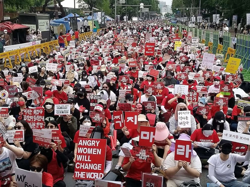 PHOTO: South Korean women hold a monthly protest against secretly-filmed spycam pornography in Seoul, South Korea, June 9, 2018.