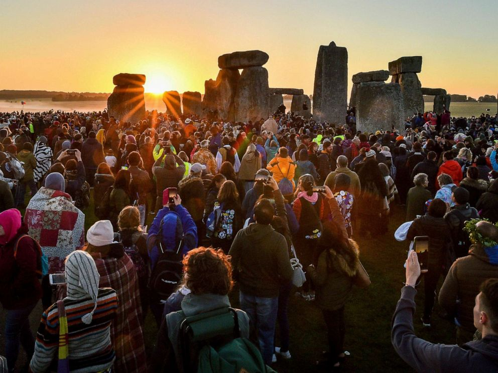 PHOTO: The sun rises at Stonehenge as crowds of people gather to celebrate the dawn of the longest day in Amesbury, England, June 21, 2019.