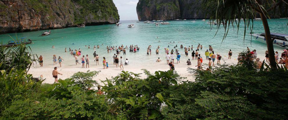 Photo Tourists Walk The Beach Of Maya Bay Phi Leh Island In Krabi
