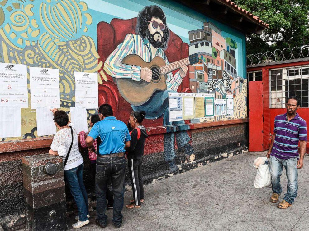 Breaking news_突发新闻:委内瑞拉人在2018年5月20日委内瑞拉加拉加斯总统选举期间在投票站投票时寻找他们的名字
