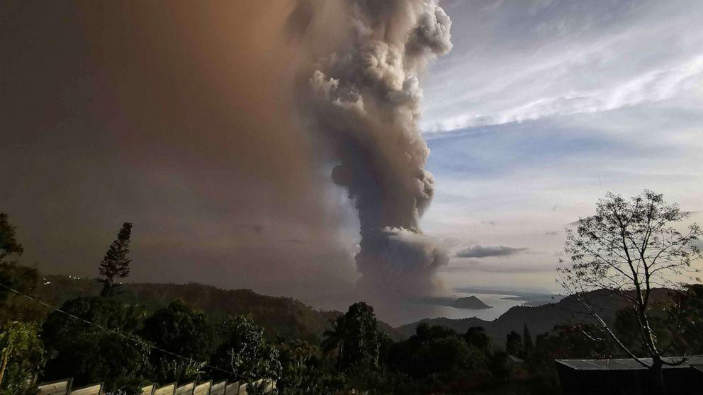 Para pejabat filipina memperingatkan 'gunung berapi tsunami' setelah letusan