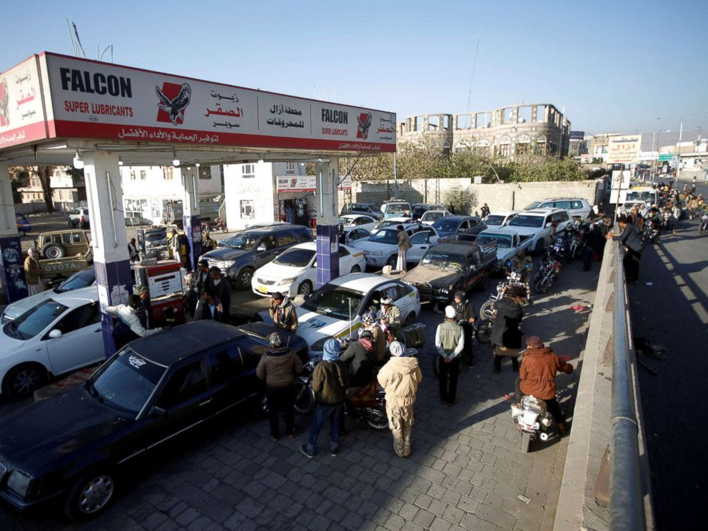 PHOTO: Cars crowd at a gas station amid fuel supply shortage in Sanaa, Yemen Nov. 10, 2017.