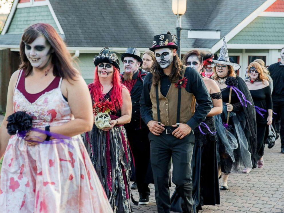 PHOTO: On Friday the 13th newlydeads tied the knot in a haunted HalloWedding event at Six Flags Fright Fest in St. Louis