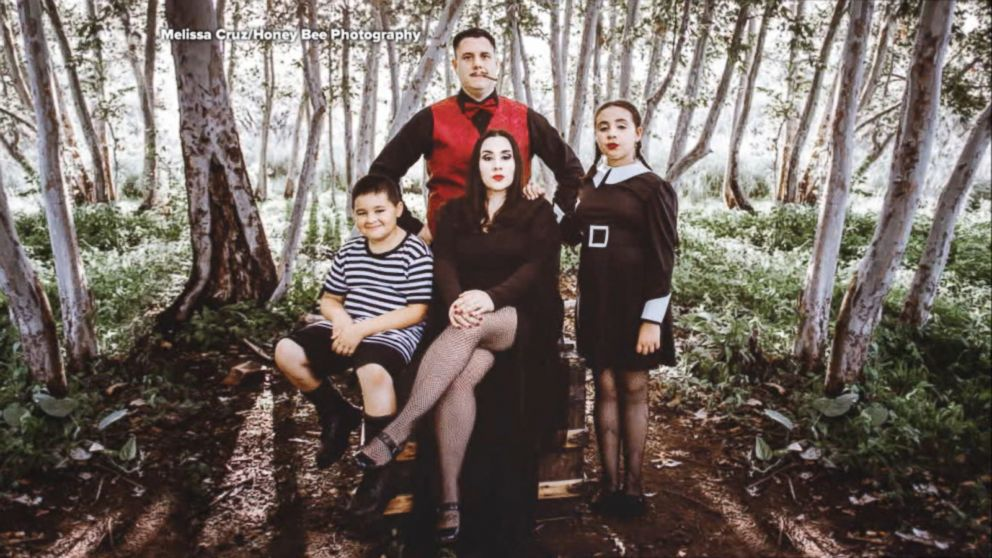 Addams Family Halloween Party.Family Poses For Creepy Kooky Addams Family Themed Halloween