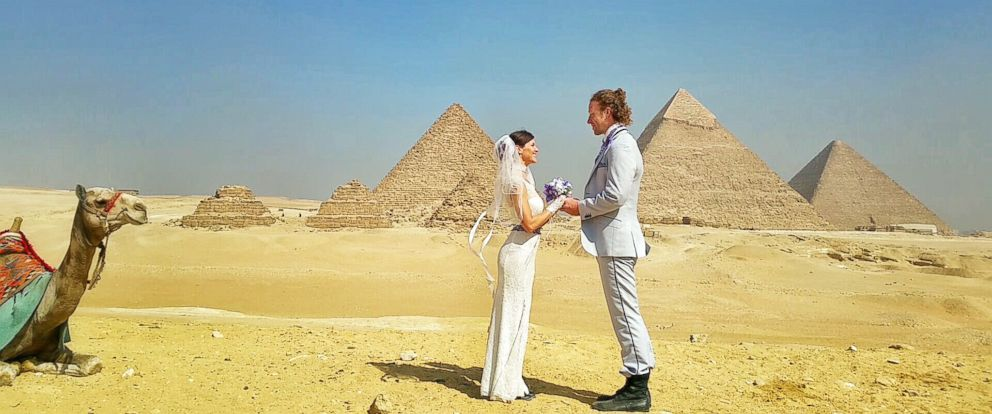 PHOTO: Adventurous Acrobatic Couple Wed Around the World