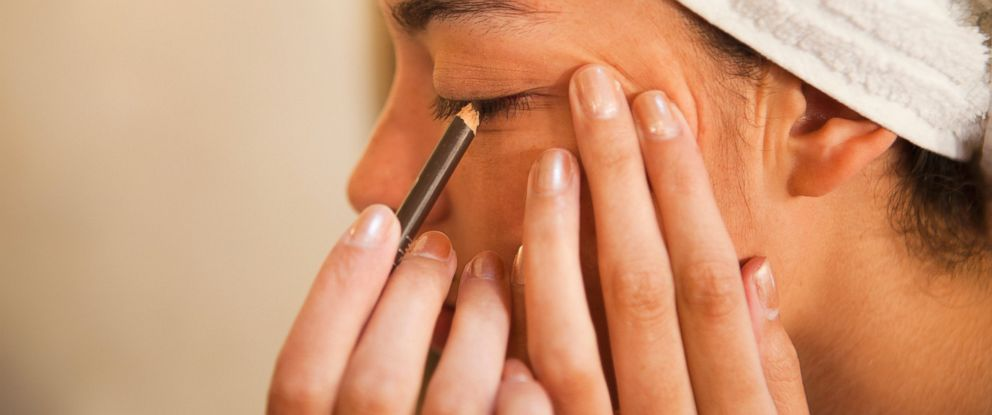 PHOTO: Woman putting on eyeliner in this undated photo.