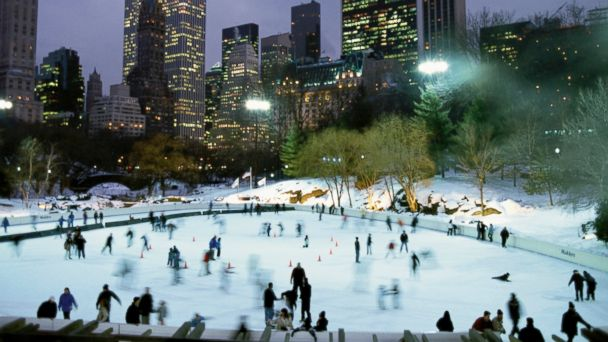 PHOTO: Ice skating in New Yorks central park.