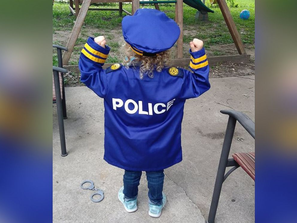 PHOTO: Hannah Pasley, 3, was visited by dozens of police officers at a lemonade stand in front of her Kansas City, Missouri, home.