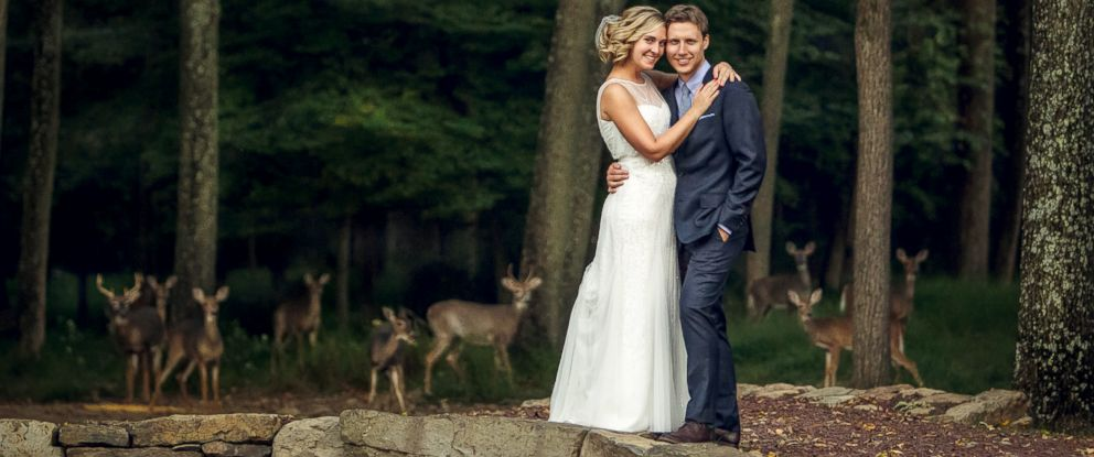 PHOTO: Erick and Lauren Fixs wedding photo included the surprise addition of wild deer in Stockton, N.J.