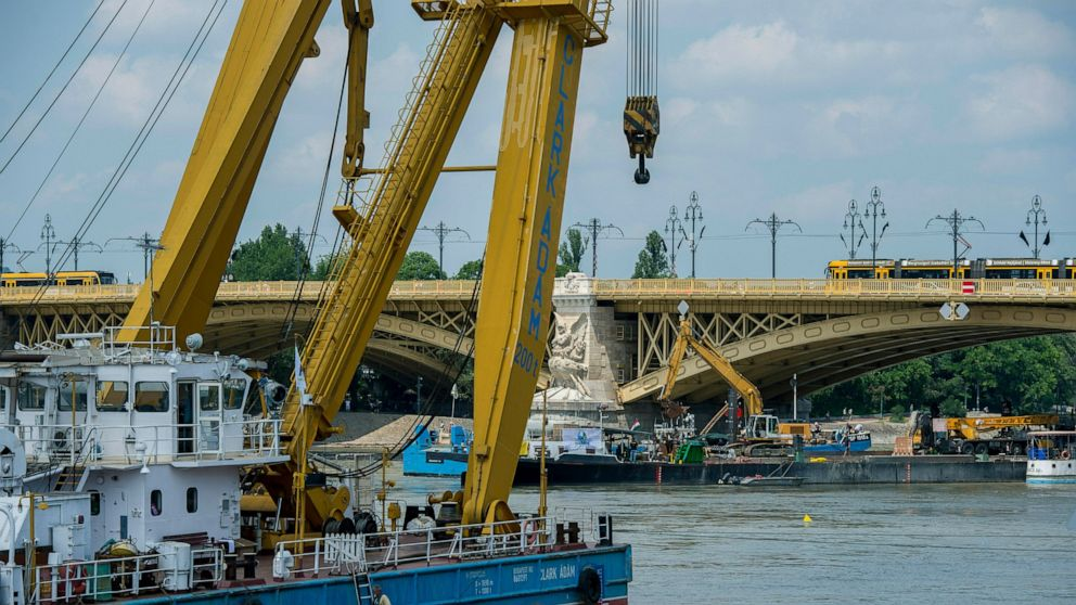 Hungarian rescuers 'not far' from lifting tour boat wreckage
