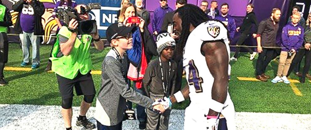 PHOTO: Carl Tubbs, 12, of Des Moines, Iowa, shakes the hand of Baltimore Ravens star Alex Collins in Minneapolis, Minn., on Oct. 22, 2017.