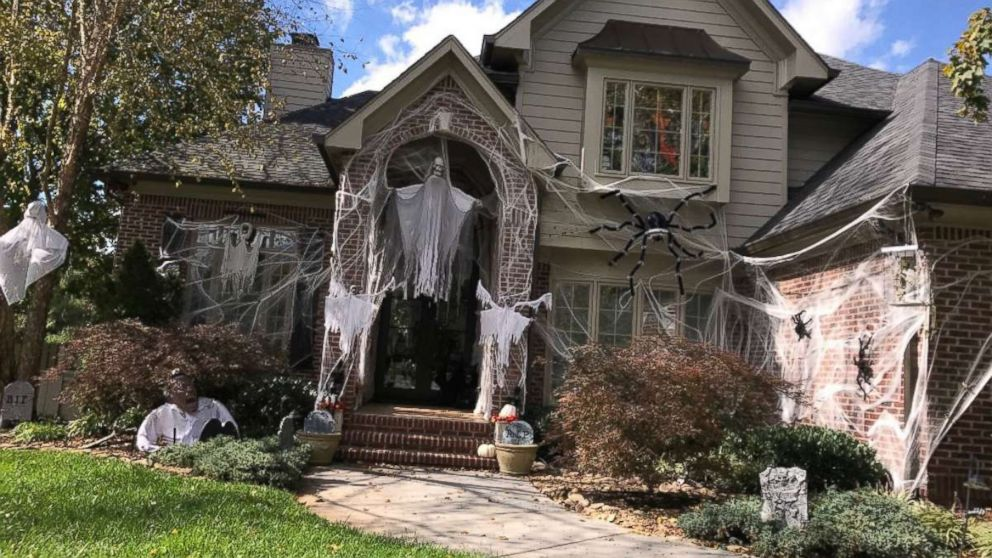 Meet The Knoxville Family Whose Over The Top Halloween Decorations
