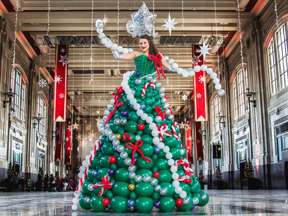 PHOTO: Molly Balloons, Of Kansas City, Made An Elaborate Christmas Tree  Dress Out