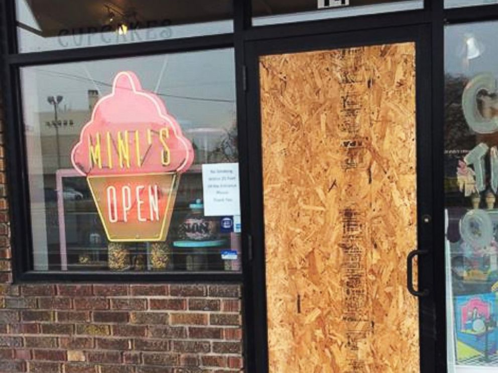 PHOTO: Cupcake store owner Leslie Fiet is being hailed a hero after rescuing 3-year-old Bella Martinez. Minis Cupcakes, pictured here in a photo posted to Instagram on Jan. 16, 2015, was recently burglarized.