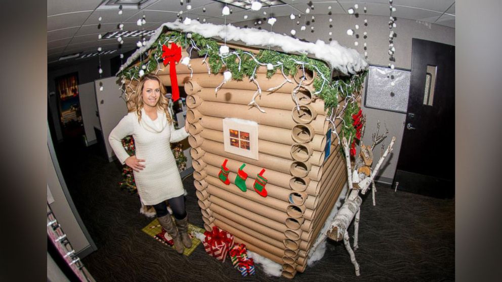 Minneapolis Woman Transforms Her Cubicle Into a Christmas Log