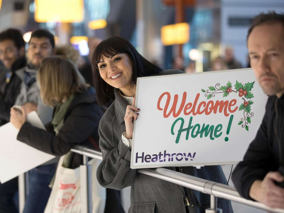 'PHOTO: Travelers coming home for the holidays1_b@b_1Heathrow Airport in London got quite the surprise when Love Actually star Martine McCutcheon welcomed them home.' from the web at 'https://s.abcnews.com/images/Lifestyle/love-actually-star4-ht-mem-171220_4x3_992.jpg'