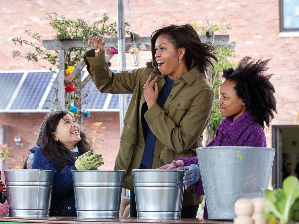 PHOTO: Mrs. Obama learns about composting with students at Philips Academy Charter School in Newark, N.J., April 7, 2016.