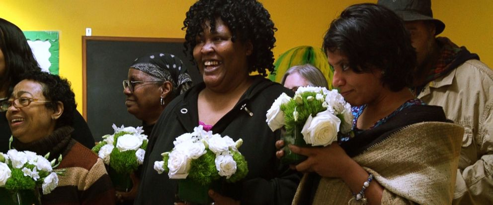 PHOTO: New York residents react after receiving flowers donated by Repeat Roses in March 2018.