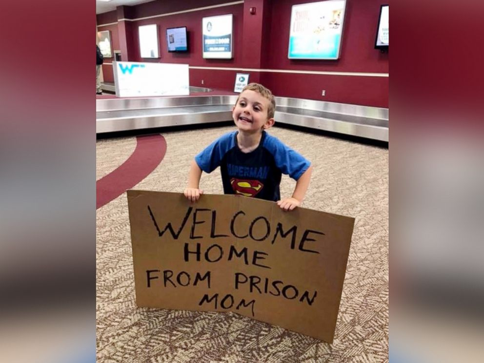 PHOTO: Daimen Nielsen, 4, greeted his mom Barbara Nielsen at Fort Smith Regional Airport in Arkansas with a sign that read, Welcome Home From Prison Mom.