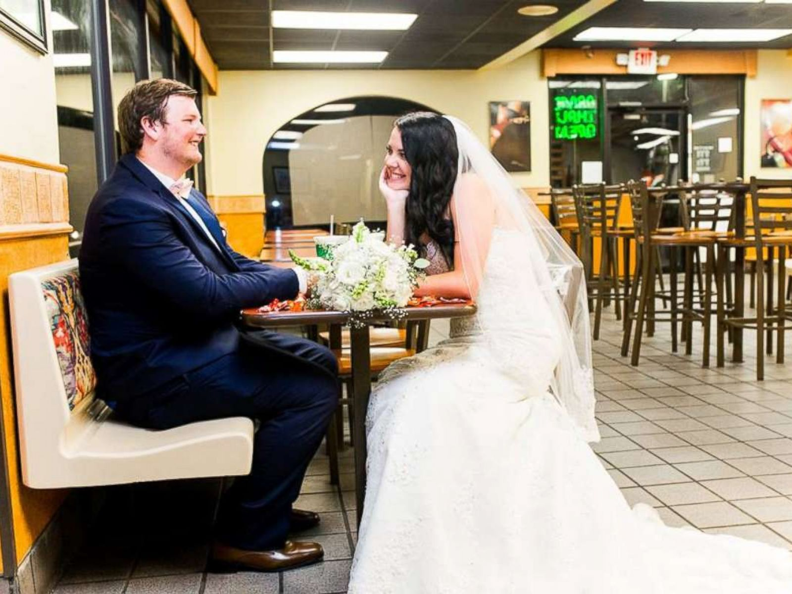Taco Bell Wedding.Bride And Groom Spice Up Their Wedding Photos At Taco Bell Abc News