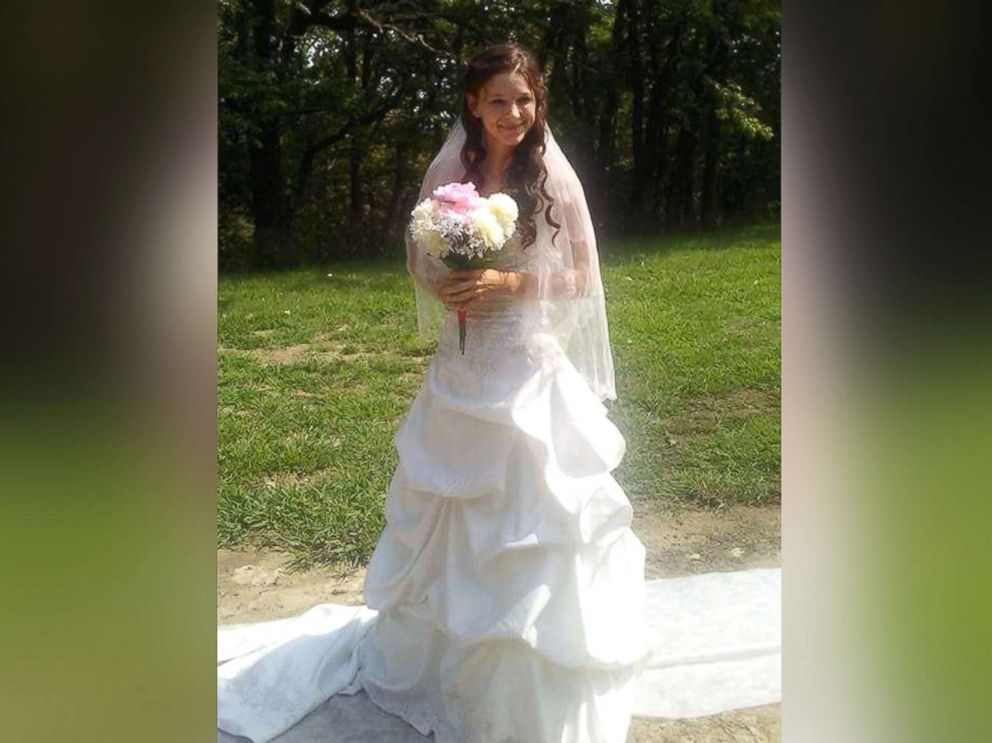 Wedding Dresses Omaha Ne   Sisterhood Of The Wedding Dress Bride Pays It Forward By Lending