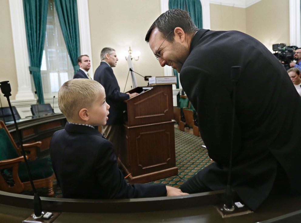 PHOTO: Leukemia survivor Rhett Krawitt, 7, talks with Sen. Ben Allen, who is the co-author of measure requiring nearly all California school children to be vaccinated, at a news conference at the Capitol in Sacramento, June 24, 2015.