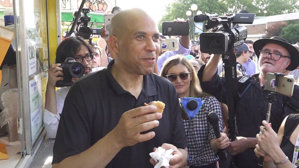 Cory Booker bonds with mom, devours fried PB&J