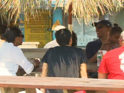 Video of the first family eating lunch in Marthas Vineyard on vacation.