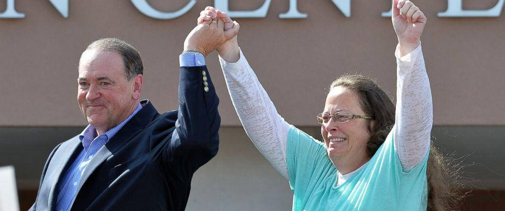 PHOTO: Rowan County Clerk Kim Davis, with Republican presidential candidate Mike Huckabee, left, at her side, greets the crowd after being released from the Carter County Detention Center, Sept. 8, 2015, in Grayson, Ky.
