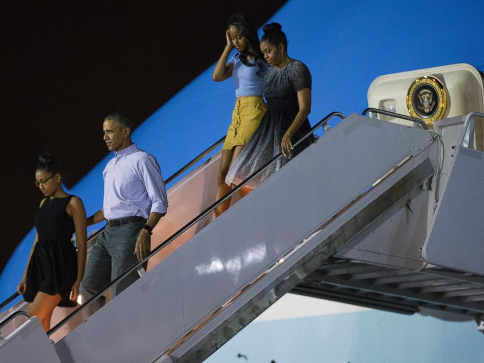 PHOTO: President Barack Obama, second from left, arrives at Joint Base Pearl Harbor-Hickam for a family vacation, on Saturday, Dec. 19, 2015, in Honolulu, Hawaii. From left, daughter Sasha Obama, Obama, daughter Malia Obama, and first lady Michelle Obama.