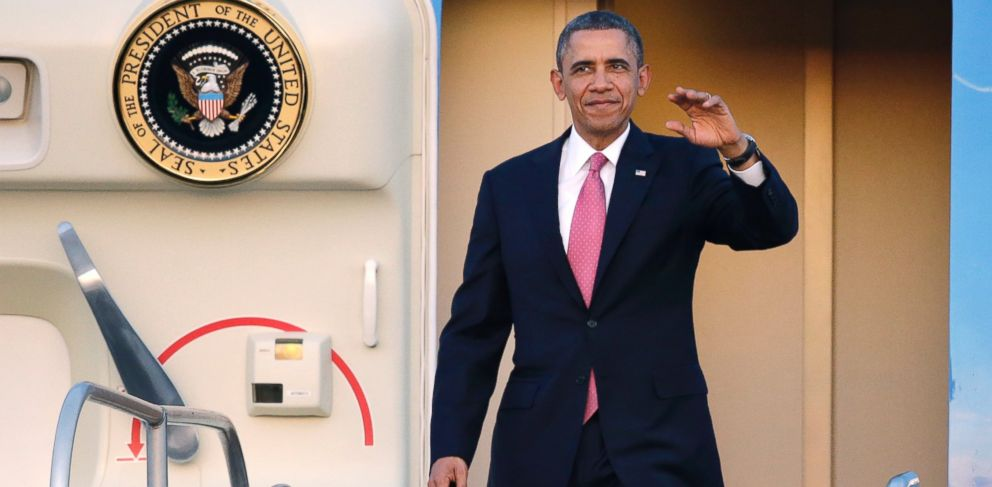 PHOTO: President Barack Obama waves after arriving, Nov. 24, 2013, at Seattle-Tacoma International Airport in Seattle.